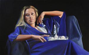 Model met blauwe kimono en schaal met eieren