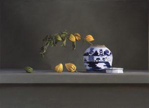 Stilleven met lampionbloemen en chinees porcelein